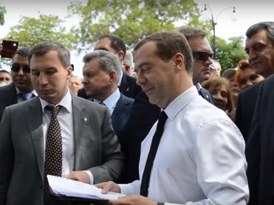 «Денег нет, но вы там держитесь»: как фразу Медведева вырвали из контекста