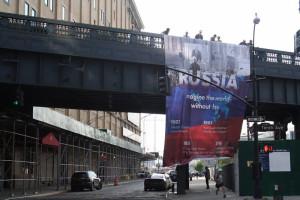 В Нью-Йорке вывесили баннер о России