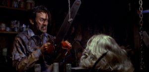 А это Брюс Кэмпбелл во второй части Зловещих мертвецов бензопилой распиливает голову