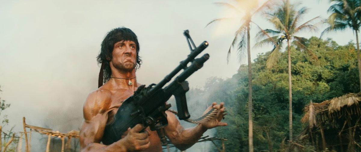 Фирменная пальба Рэмбо из пулемета с одной руки