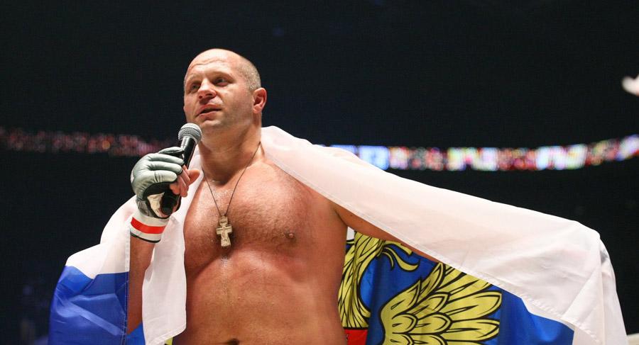 Федор Емельяненко с российским флагом после боя