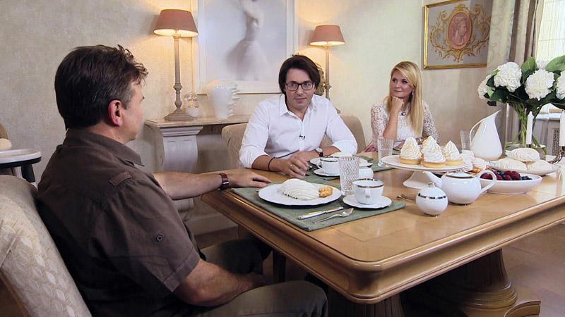Андрей Малахов со своей женой дают интервью в своей квартире