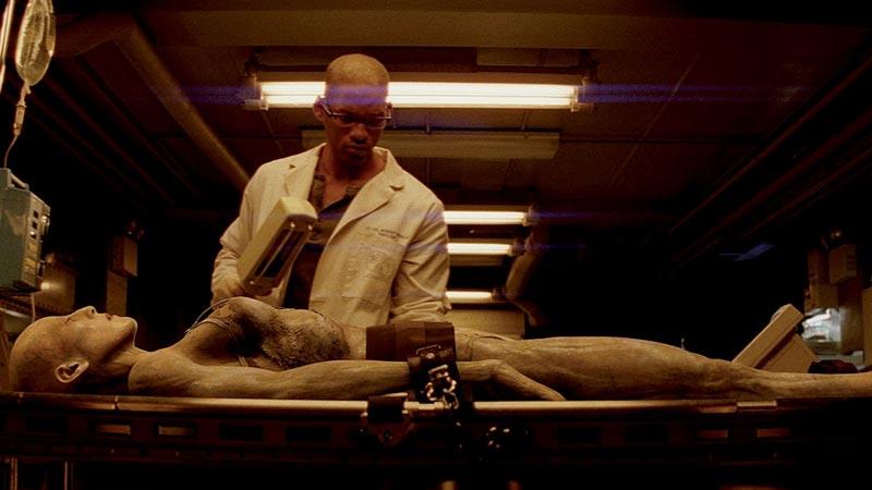 Герой Уилла Смитта проводит опыты над женщиной вампиром с целью найти вакцину от вируса