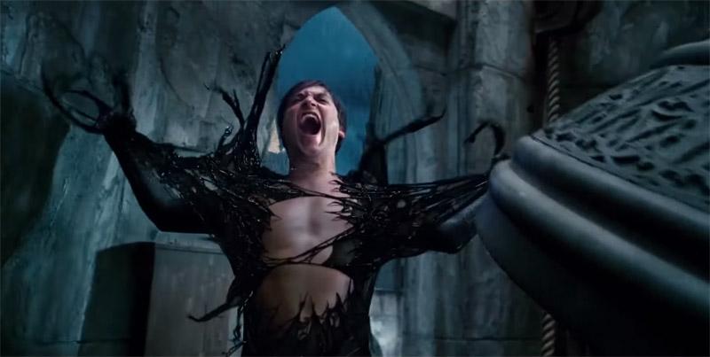 Ослабевший симбиот от громкого звона колокола теряет контроль над Питером Паркером, освобождая его